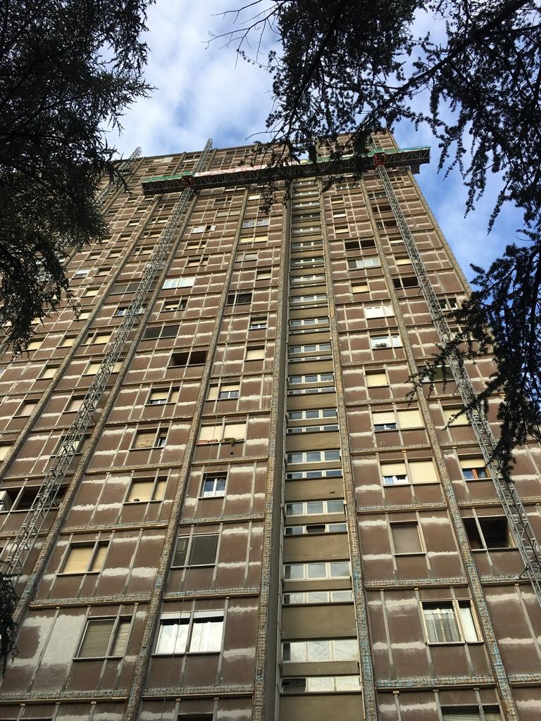 Via Cellini: Facciata Calcestruzzo Grattacielo di Bologna all'inizio della ristrutturazione