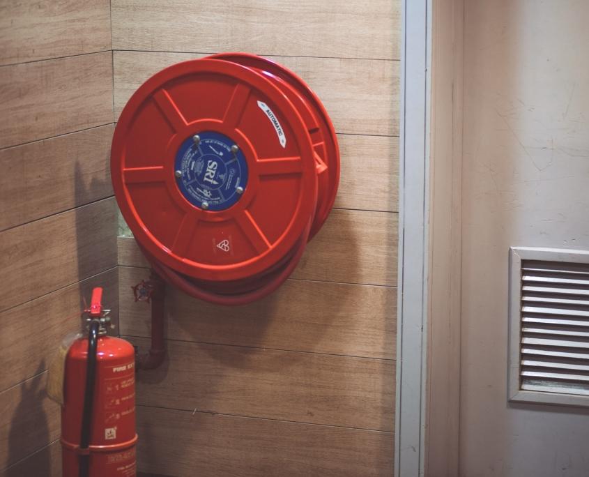 Sistema antincendio per il condominio - bombola e tubo dell'acqua