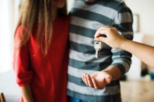Vendita case nuova costruzione da impresa - una coppia riceve le chiavi della nuova casa appena acquistata