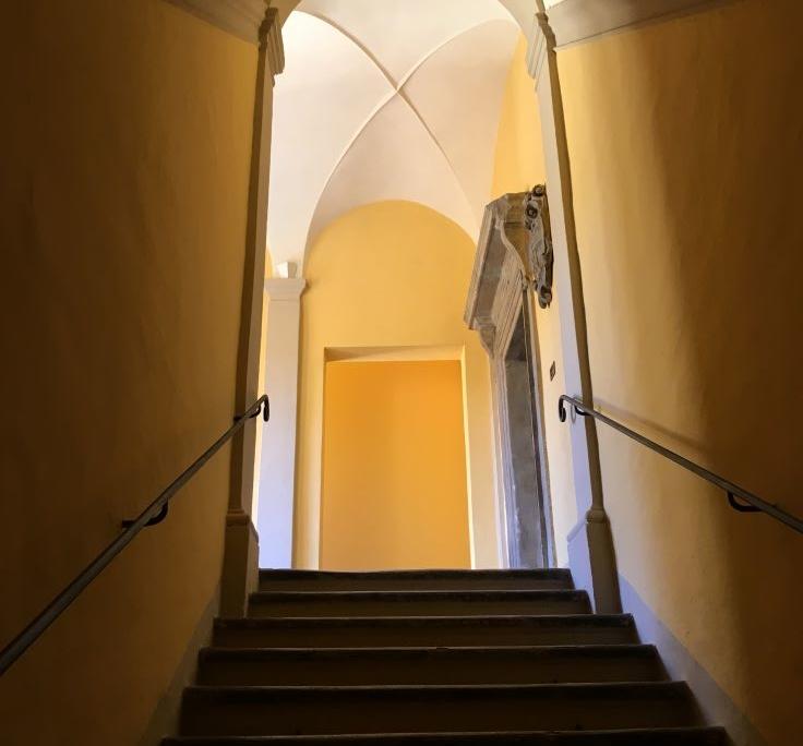 Restauro elementi lapidei all'interno di un edificio storico