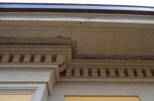 Cornicione antico in materiale lapideo danneggiato