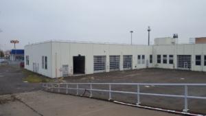 Capannone che ospita showrrom e officina Audi Zentrum prima della ristrutturazione